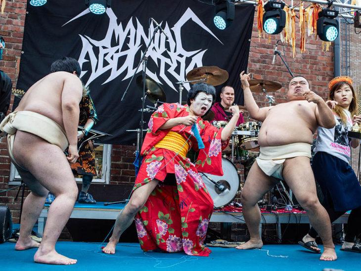 Grupo campeón en el concurso de heavy metal y tejido