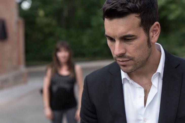 Mario Casas en la serie Instinto parado justo enfrente de una chica