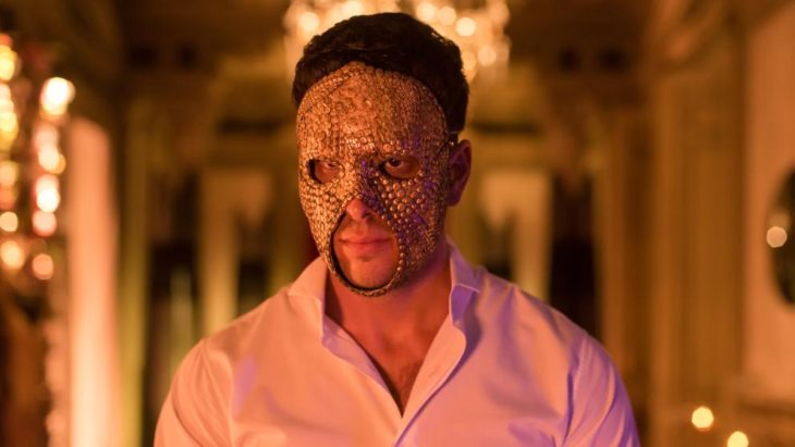 Mario Casas usando una máscara para la serie de Instinto