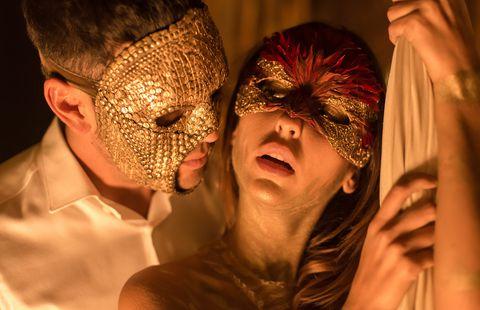 Mario Casas usando un máscara en la serie instinto mientras besas a una chica