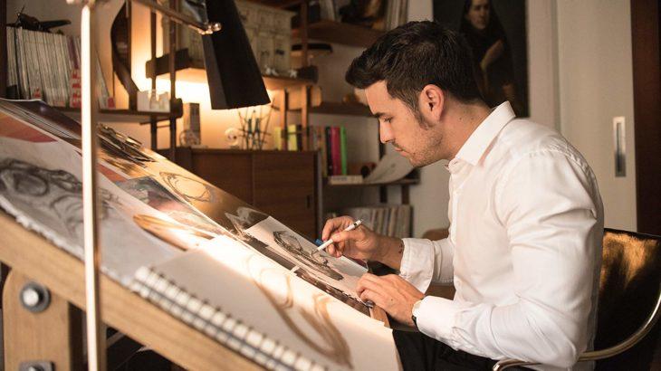 Mario Casas en la serie instinto dibujando mientras está en una mesa restiradora