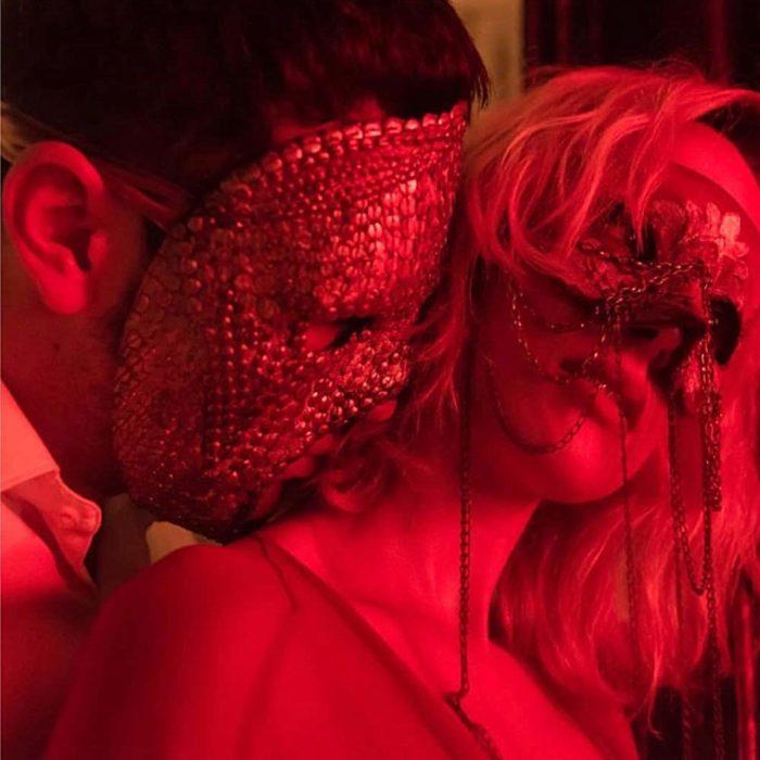 Mario Casas en la serie Instinto besando a una chica que está usando una máscara
