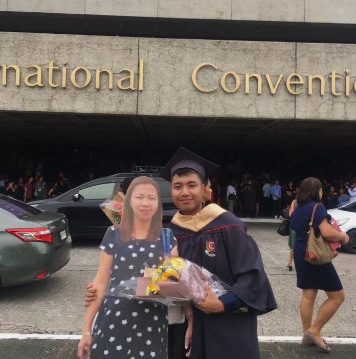 Paulo John Alinsog; hijo lleva figura de tamaño real impresa con foto de su mamá fallecida a la graduación