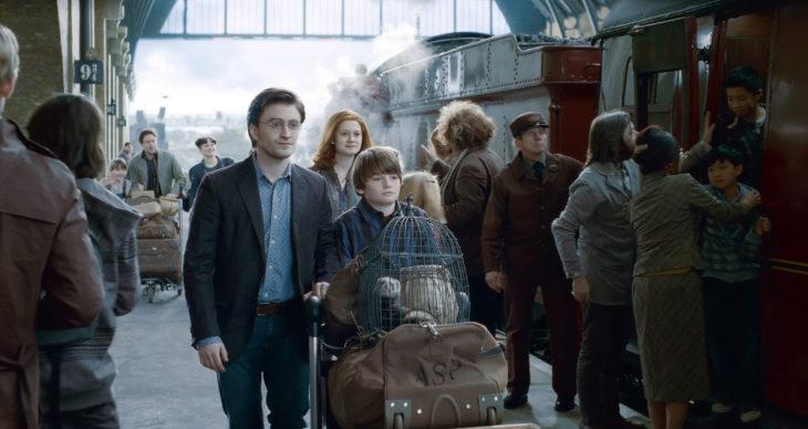 Warner Bros prepara serie de Harry Potter; Daniel Radcliffe con Ginny Weasley y su hijo en estación del tren a Hogwarts