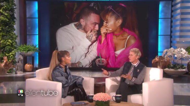 Ariana Grande siendo entrevistada por Ellen Degeneres durante uno de sus programas