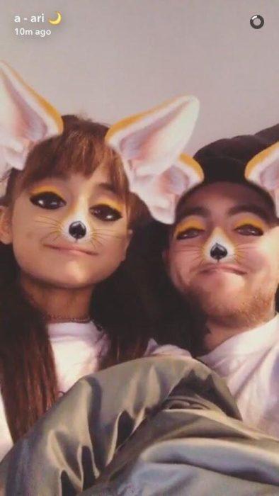 Ariana Grande y Mac Miller usando plantillas de snapchat para mostrar su cariño en redes sociales