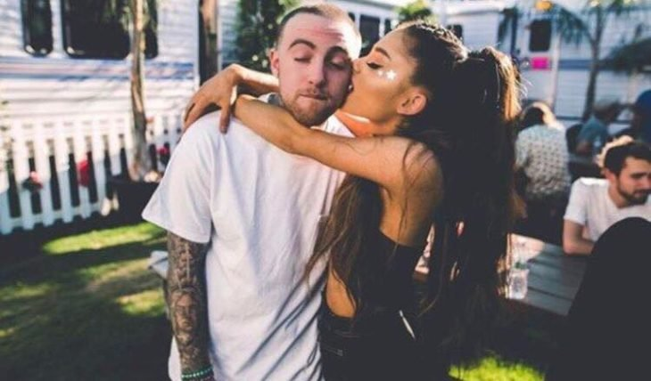 Mac Miller y Ariana Grande abrazados mientras están afuera de una de sus casas