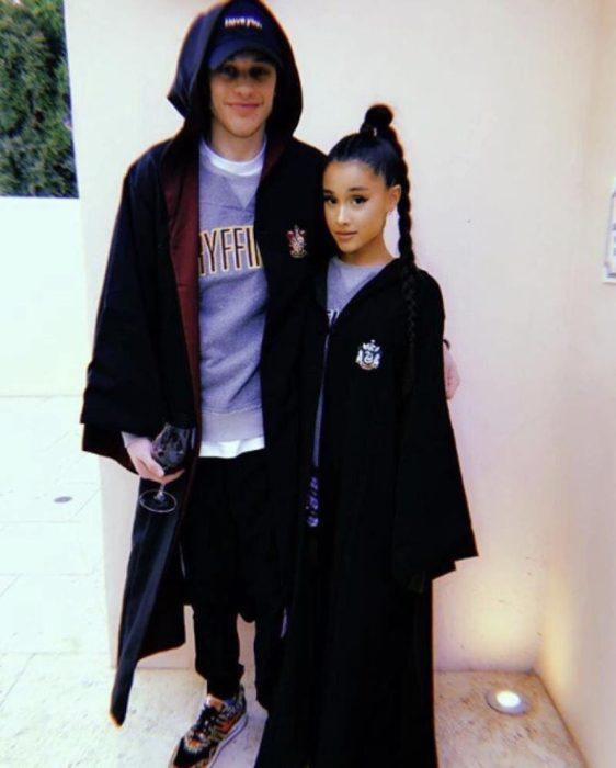 Ariana Grande y Pete Davidson vestidos con capas de la película de Harry Potter