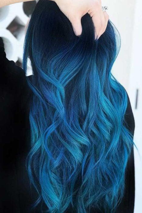 Chica de espaldas mostrando su cabello en tono azul eléctrico