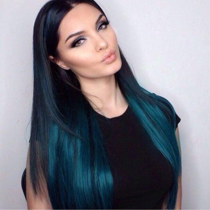 Chica de cabello largo con degradado en verde azulado
