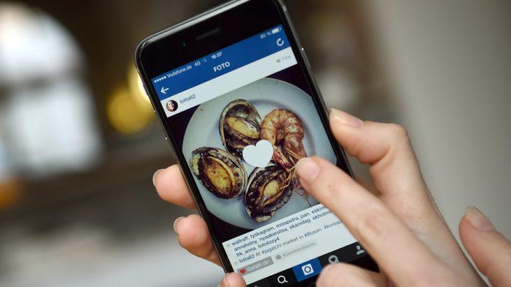 Un teléfono con una publicación de Instagram a la cual se le está dando like