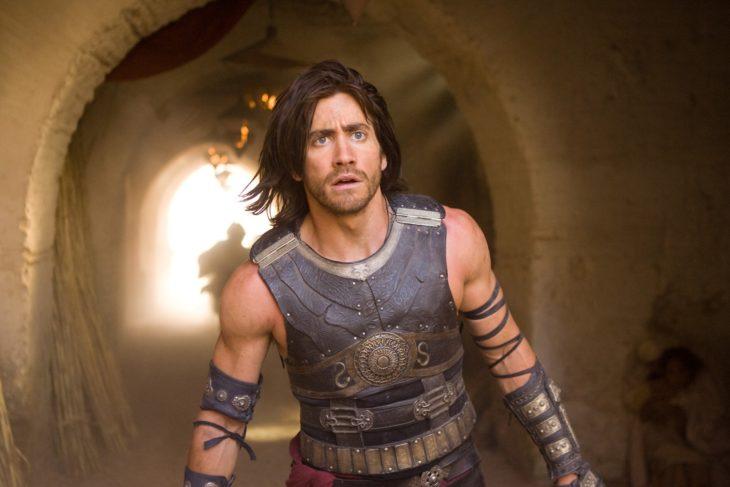 Actor Jake Gyllenhaal con cabello largo y armadura en El príncipe de Persoa de 2010
