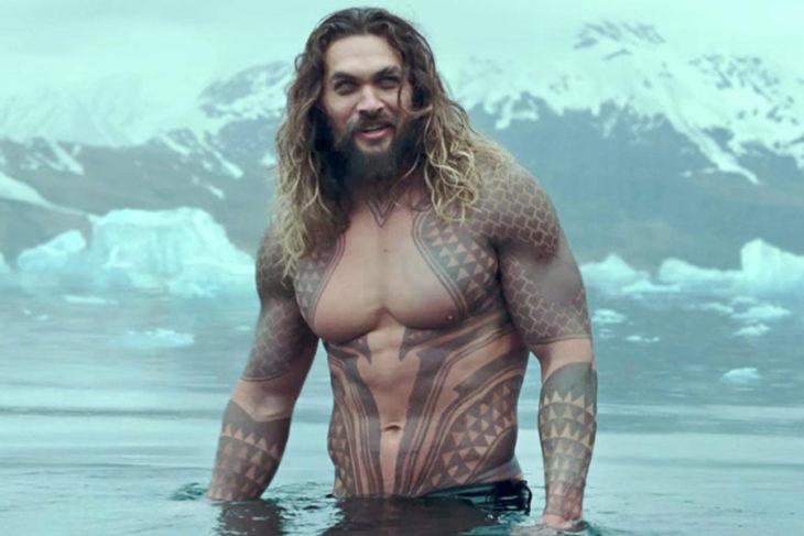 Jason Momoa en su actuación de Aquaman, mientras está saliendo de una alberca