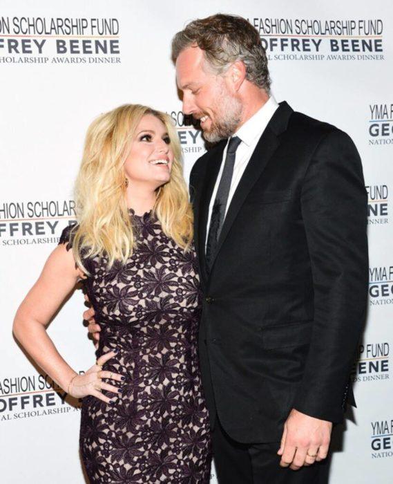 Jessica Simpson mide 1.59 metros y su esposo, el ex jugador de fútbol americano Eric Johnson, alcanza 1.91 metros.