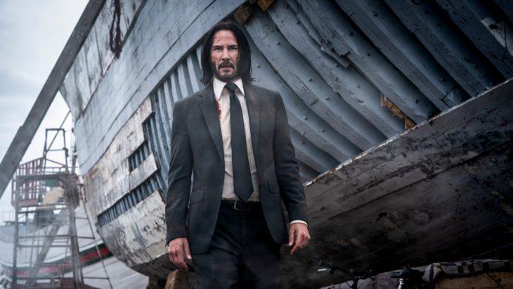 Kenu Reeves con traje, cabello largo y barba en John Wick; se confirma una serie precuela