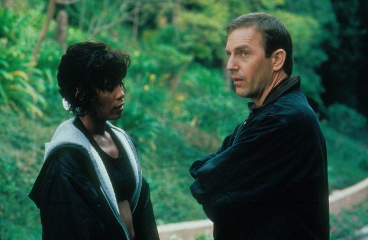 Foto de una escena de El guardaespaldas con Kevin Costner y Whitney Houston