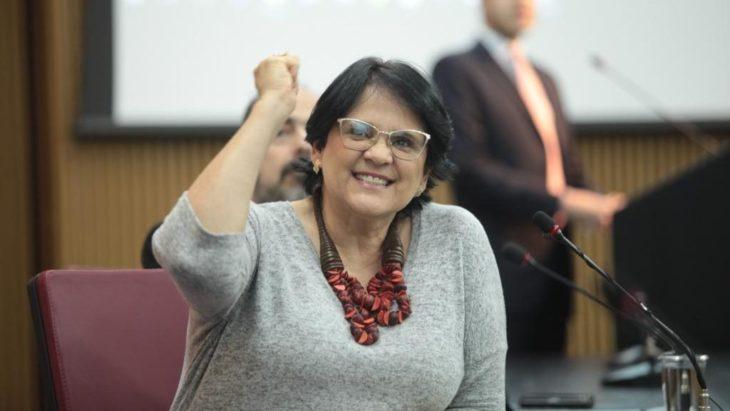 Damares Alves con un brazo arriba en señal de fuerza