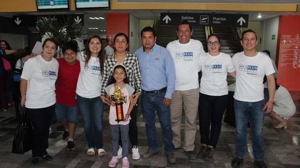 Familia de Zury Taplanco Reyes recibiéndola de su competencia en China