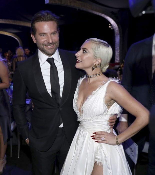 Lady Gaga y Bradley Cooper durante la fiesta de los óscar para presentar la película A star is a born