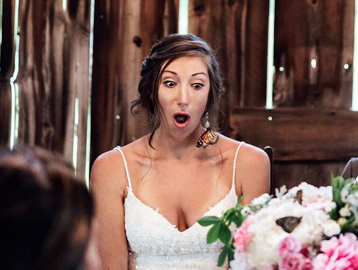 Novia sorprendida al ver una mariposa postrada sobre su cabello