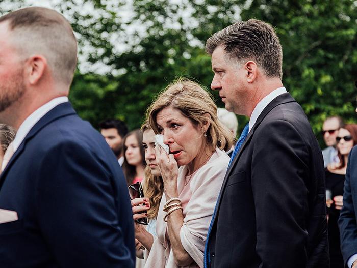 Mujer secando sus lágrimas en plena boda