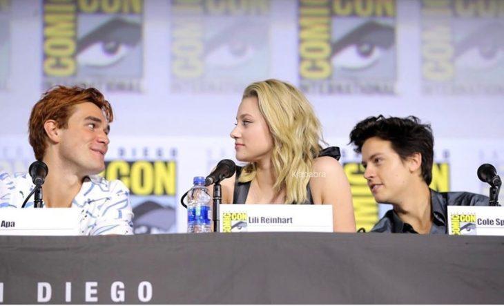 KJ Apa, Lili Reinhart y Cole Sprouse en un panel durante la convención de la Comic Con en San Diego