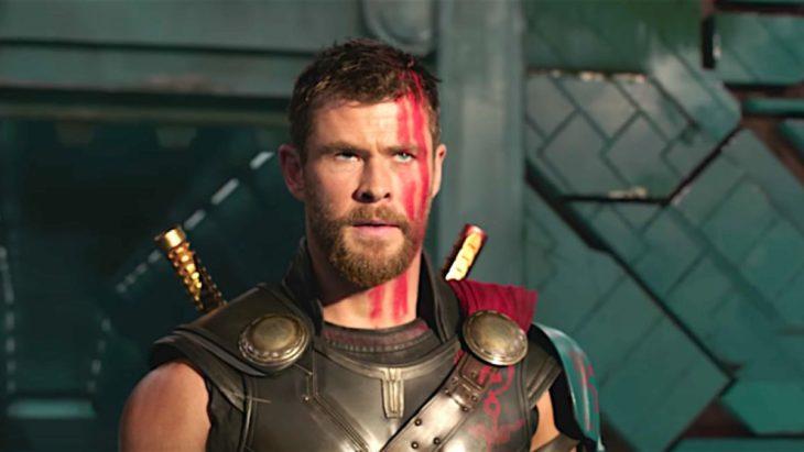 Chis Hemsworth con el rostro pintado de rojo en su papel de Thor, escena película Thor: Ragnarok