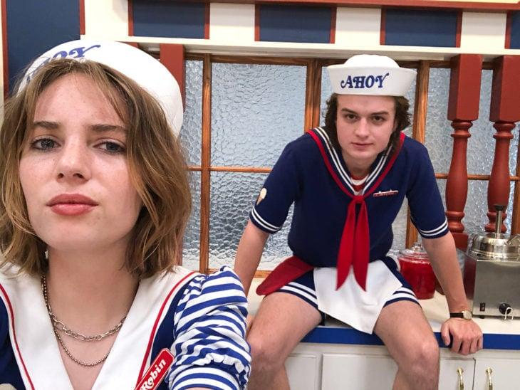 Maya Hawke tomando una selfie junto a su compañero de reparto en Stranger Things