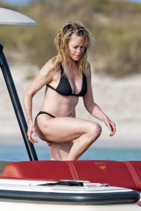 Melanie Griffith subiendo un escalón en el yate en Ibiza donde fue fotografiada