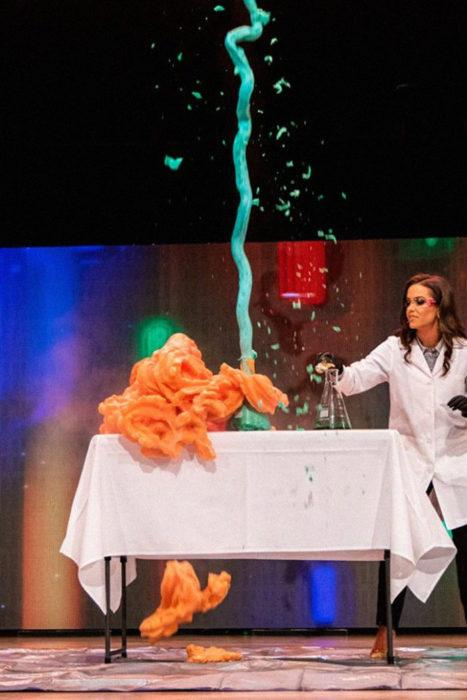 Miss Virginia haciendo un experimento cientifico durante la competencia de Miss Virginia con compuestos químicos