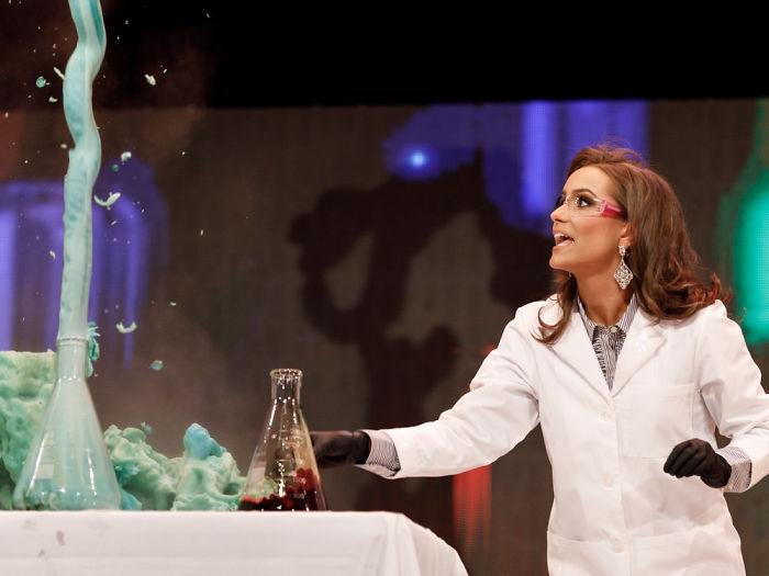 Miss virginia usando una bata de laboratorio mientras presenta su talento al hacer un compuesto químico