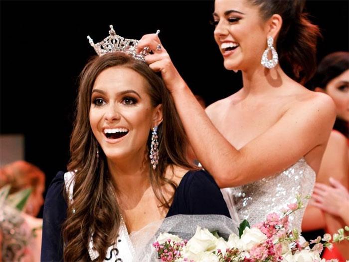 Miss virgina recibiendo su corona después de ganar el certamen de belleza