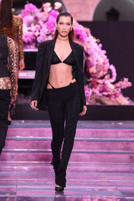 Modas de los 2000; Bella Hadid en pasarela