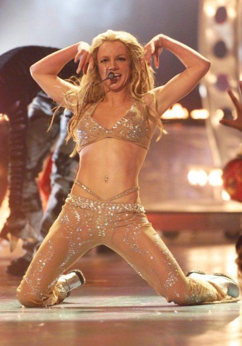 Modas de los 2000; Britney Spears en concierto con traje brillante