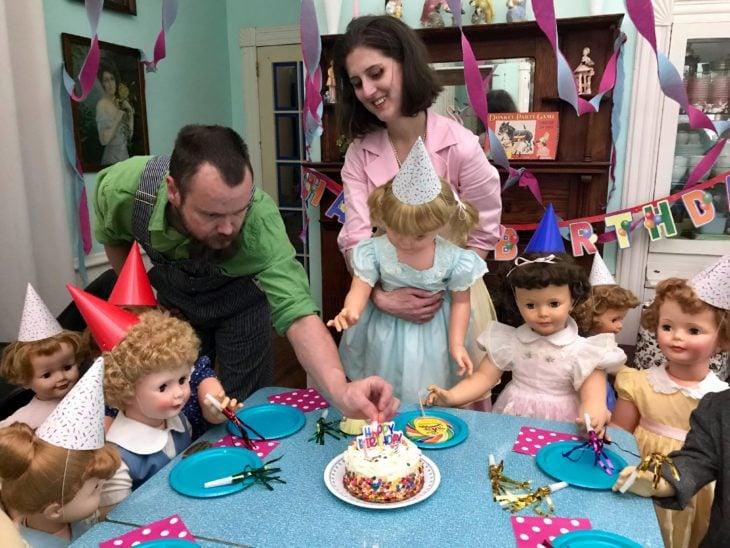 Madeline y Malachi Dressel; familia celebrando cumpleaños con muñecas vintage de tamaño real