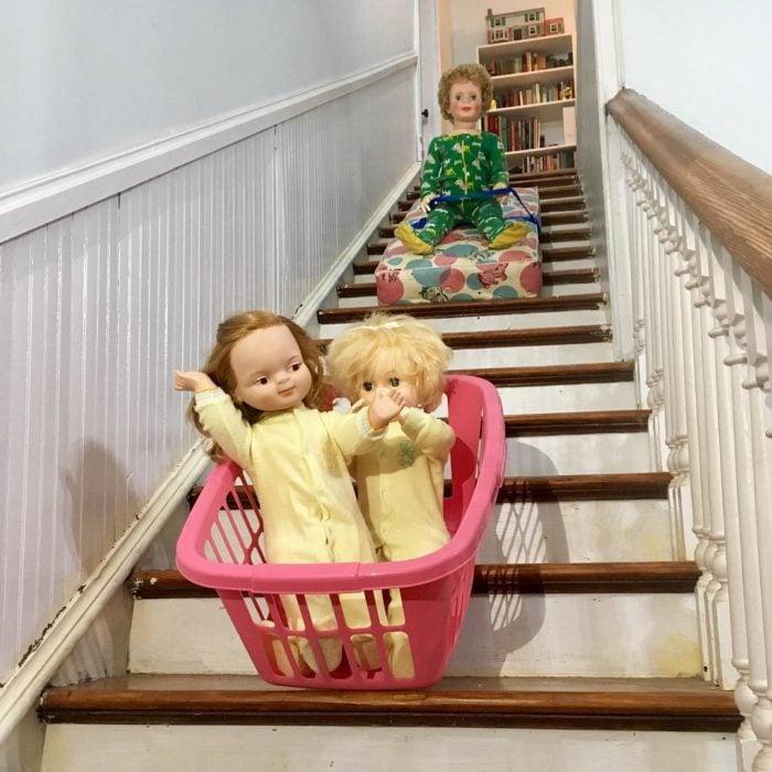 Madeline y Malachi Dressel; muñecos vintage jugando en las escaleras