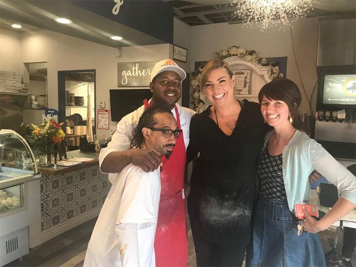 Tiffany Fixter junto a los empleados de Pizzability