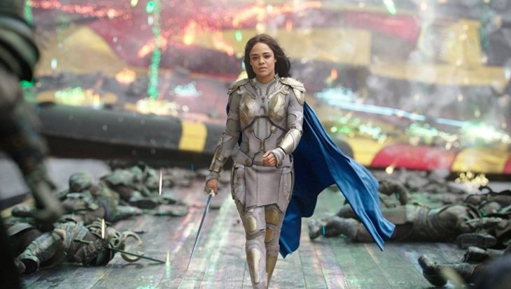 Tessa Thompson llevando su traje de Valkirye en Thor: Ragnarok