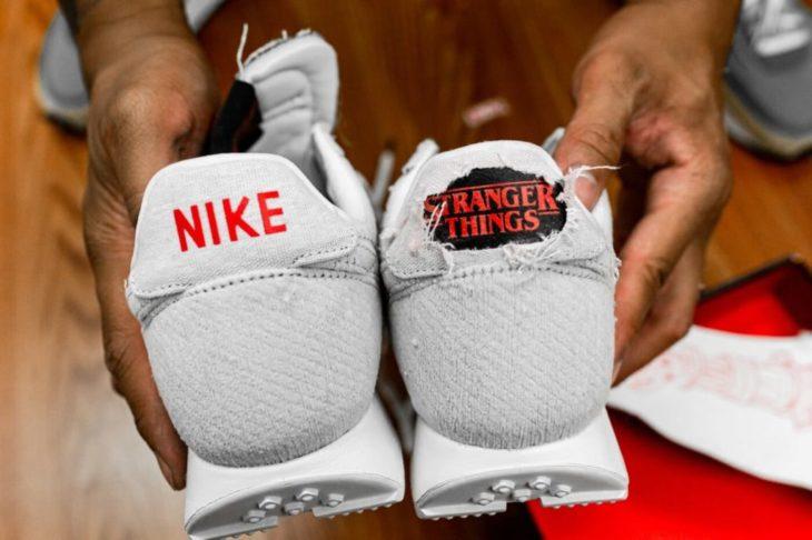 Tenis Nike antes y después de ser quemados para mostrar logo de Stranger Things