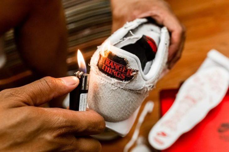 Persona quemando la parte trasera de unos tenis Nike inspirados en Stranger Things