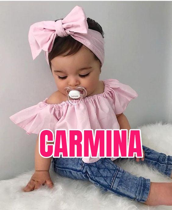 Niña llevando outfit primaveral, usando pañuelo en la cabeza color rosa palo