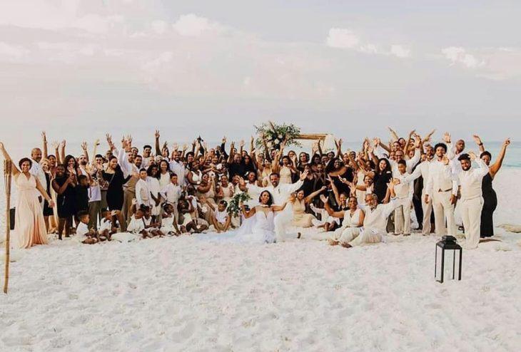 Novios posando junto a sus invitados y las 34 damas de honor de la novia