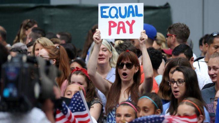 Mujer con pancarta de equal pay
