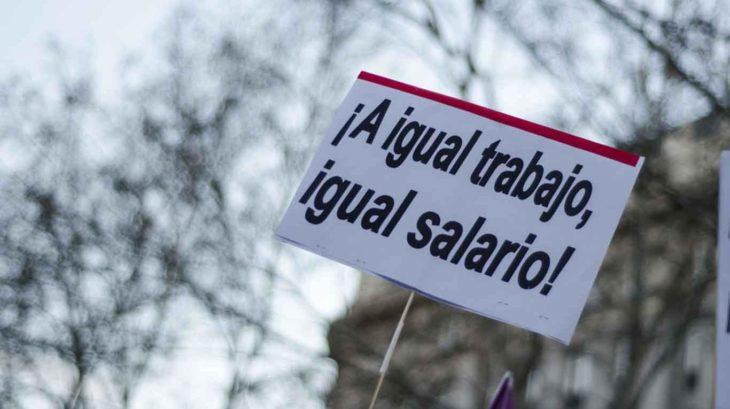 pancarta que dice a igual trabajo igual salario
