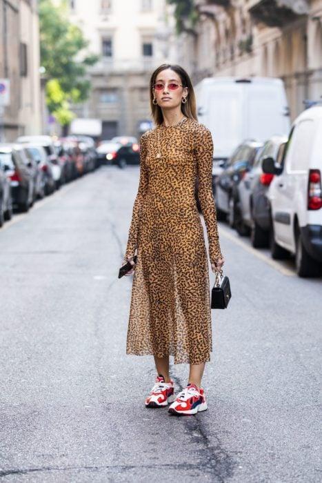 Chica usando un vestido de estampado de leopardo con unos tenis ugly en color rojo