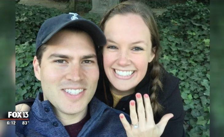 Kelli y Matt Cameron, pareja donó útiles escolares a niños pobres el día de su boda; novios con anillo de compromiso