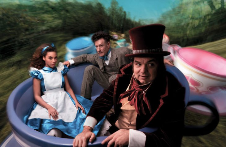 Beyoncé Knowles, Lyle Lovett y Oliver Platt como Alicia, Marzo y el Sombrerero loco