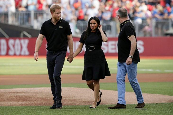 Meghan Markle y el príncipe Harry tomados de la mano en el juego de béisbol