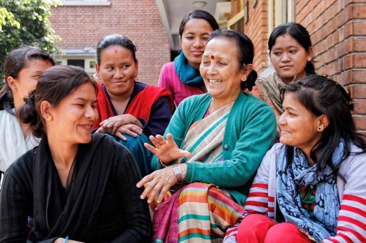 Anuradha Koirala con niñas y mujeres en su casa de acogida
