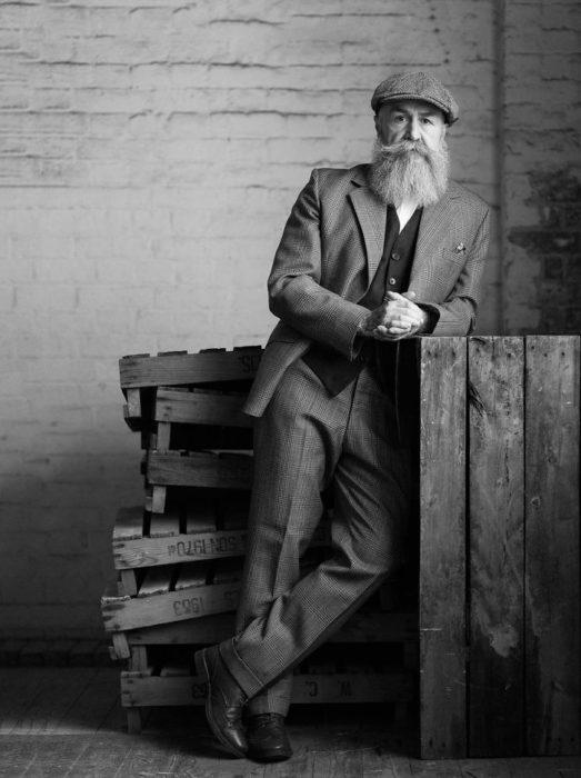 Pip recargado en una recepción de madera, modelando
